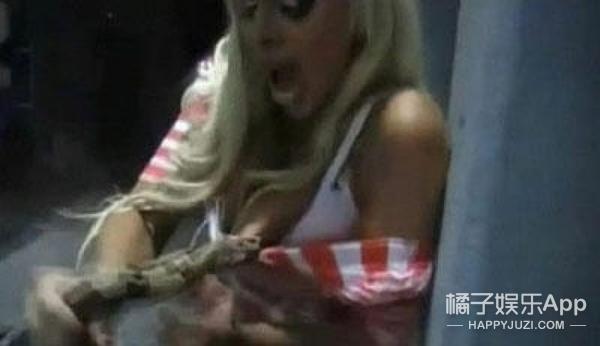 以色列女模整形过度,竟用胸毒死蟒蛇