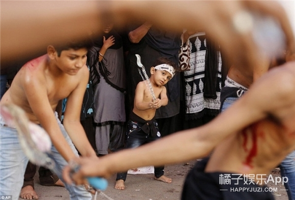 震惊!阿富汗人过节自虐,用铁链抽自己