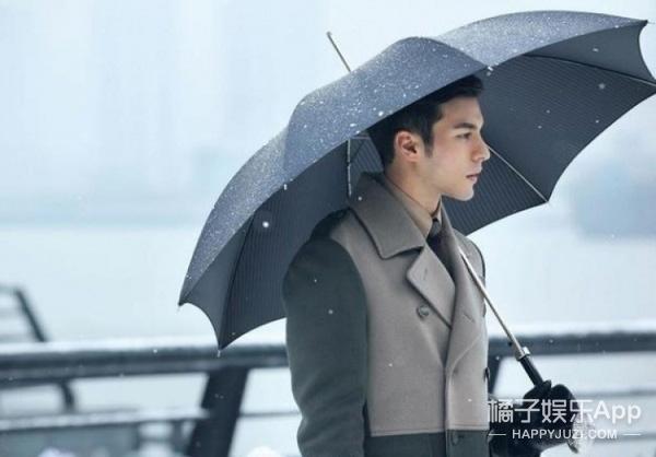 什么?!躲过雨季卖伞大妈的推销,却没躲过马天宇和李敏镐手里的透明雨伞!