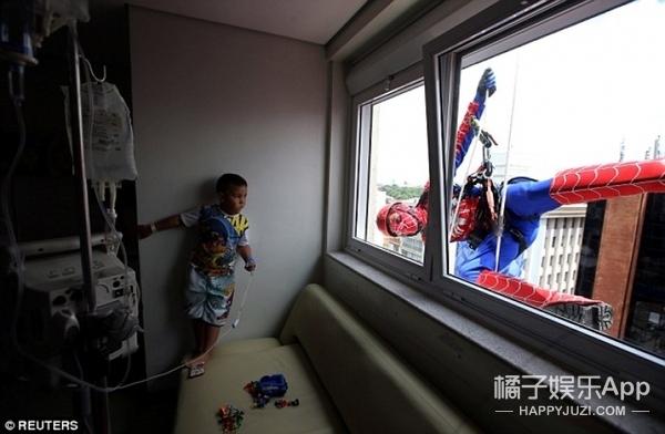 """""""妈妈快看,有蜘蛛侠!""""巴西一儿童医院请来超级英雄庆贺儿童节"""