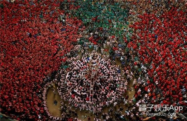 西班牙办叠人塔大赛,这画面太壮观