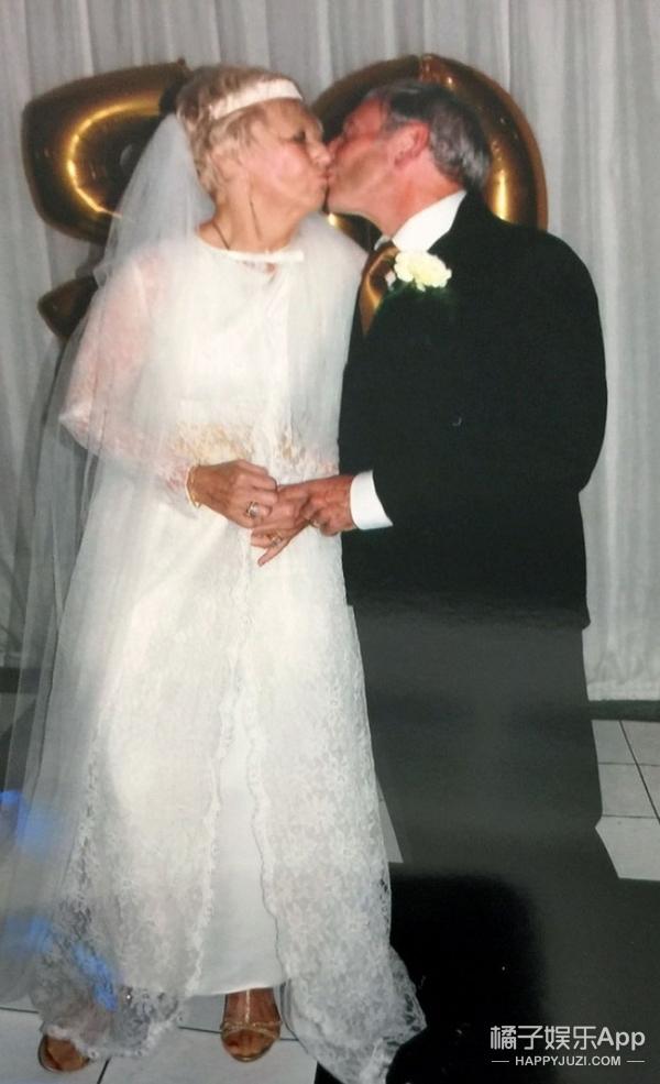 穿上50年前的婚纱照样美,这对金婚老人文艺又时髦!