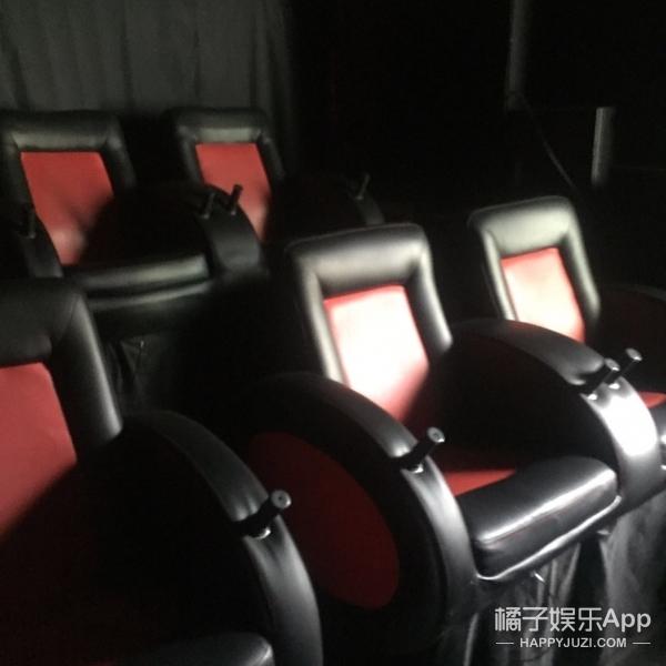 我们探访奇葩乡村7D电影院:水雾器坏了,人工给你喷!