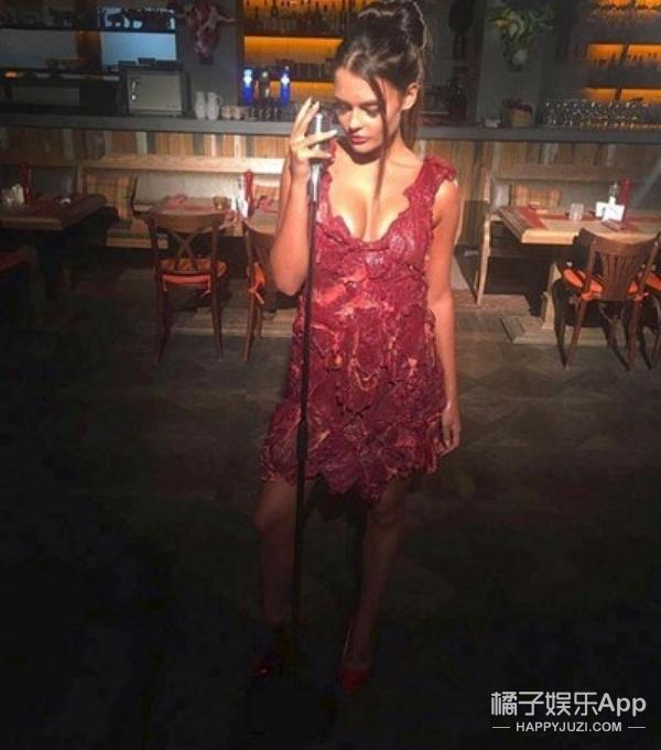 超模尝试穿生牛肉裙拍片 差点被生肉腐烂味熏晕