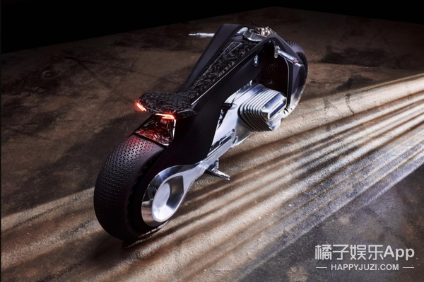 永不翻车,头盔是块显示屏,骑BMW Motorrad Vision Next 100送餐秒达