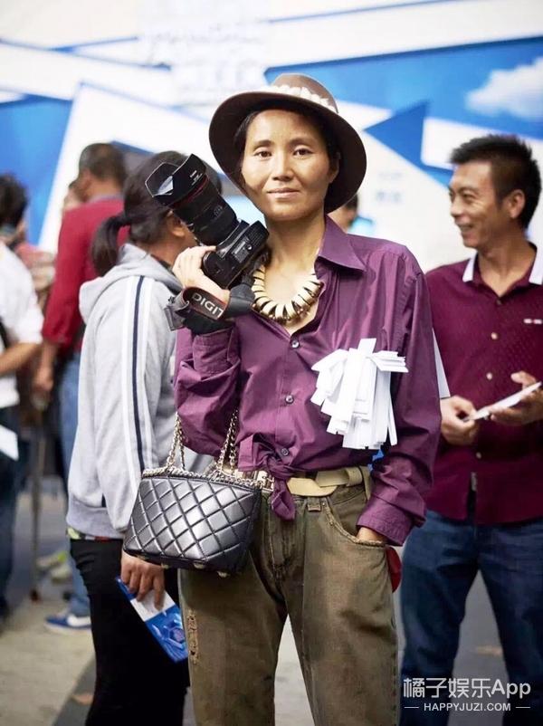 """专访王丽丽:她是头插羽毛的""""怪咖"""",也是上海时装周最火的街拍摄影师!"""