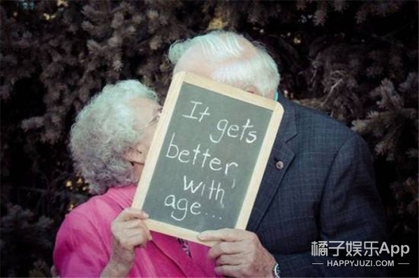 被暖哭,这些爷爷奶奶秀起恩爱来才是真虐狗