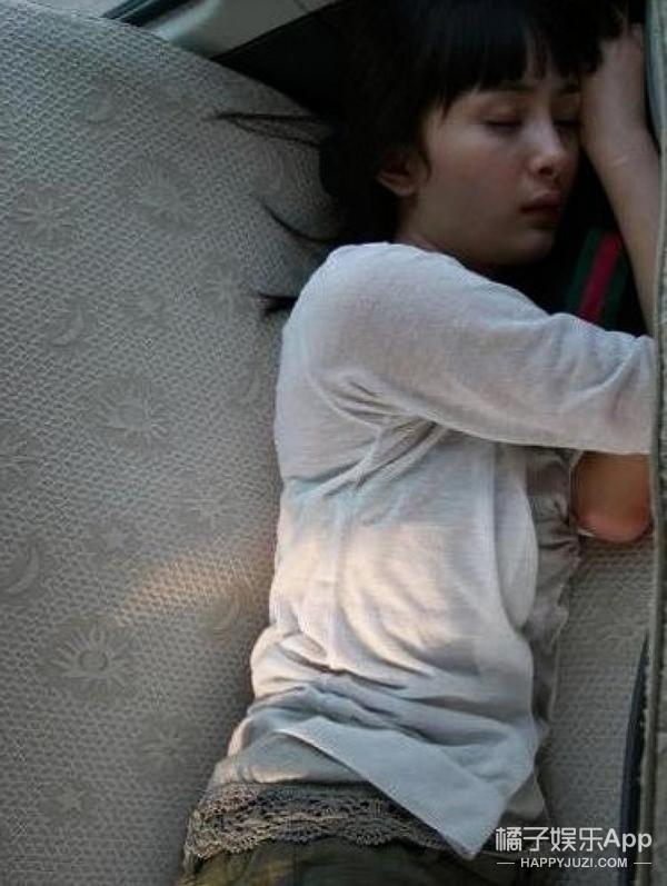 赵丽颖困到在机场排队都睡着了,明星最缺的就是觉啊!