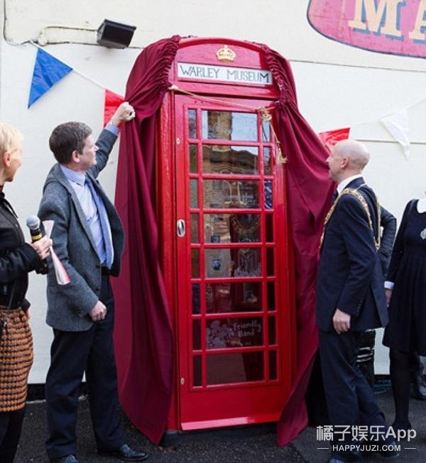 英国废弃电话亭变身世界最小博物馆