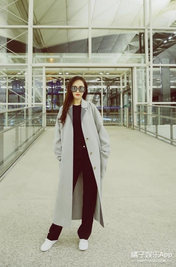 唐嫣归组前的机场街拍!超长的风衣帅气加身,身长一米八!