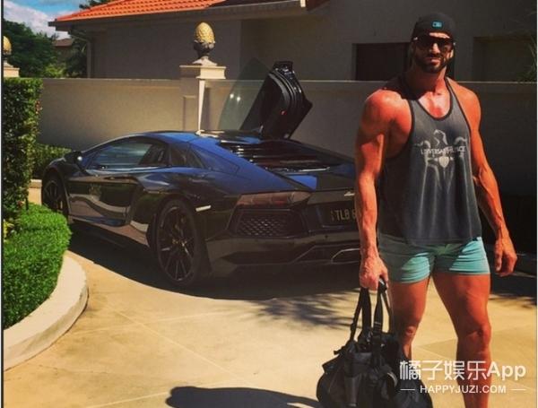 把妻子当成狗牵的澳洲超级富豪,这次又带了一群后宫出行啦