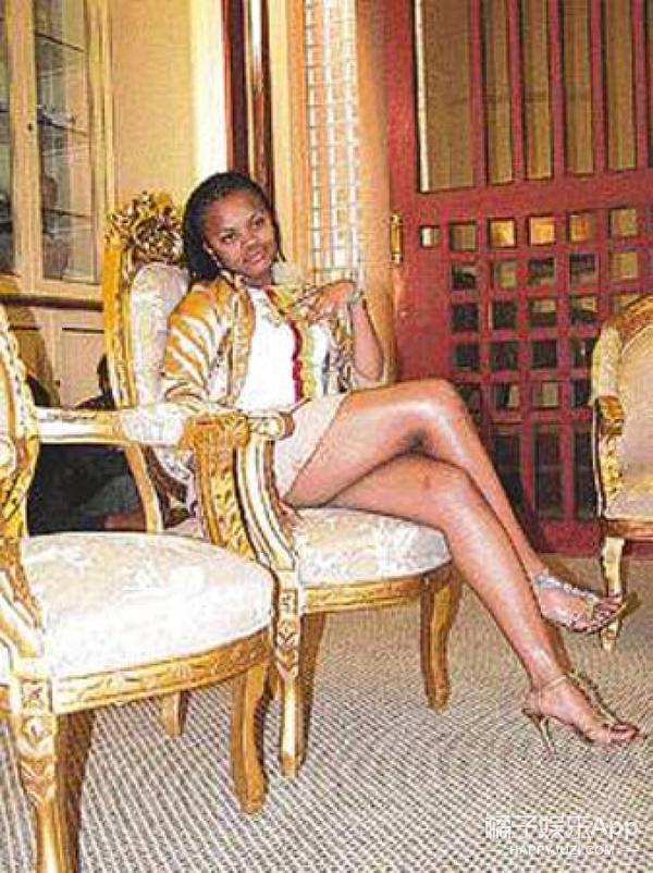 非洲少女接到国王的求爱电话,吓到出国避难