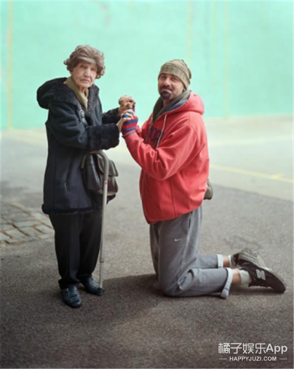 美国摄影师专拍陌生人,还要求双方有身体接触