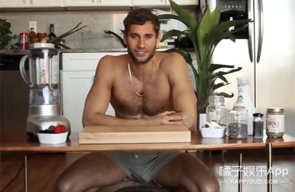 世界最性感厨师半裸烹饪 秀色可餐获追捧