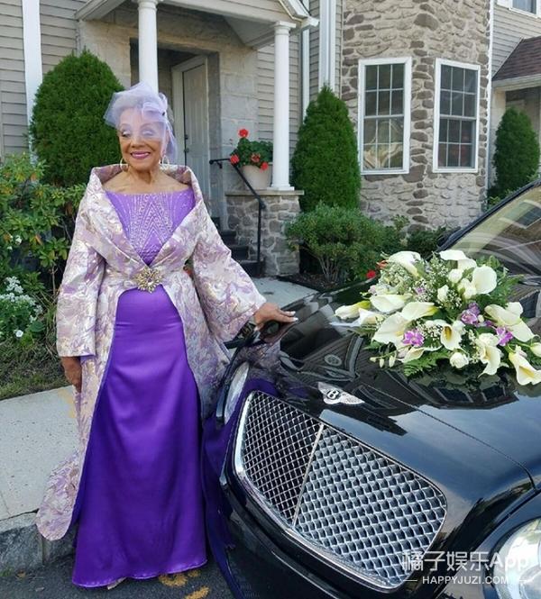 86岁老奶奶穿自己设计的婚纱二度出嫁,单身25年又找到了真爱!