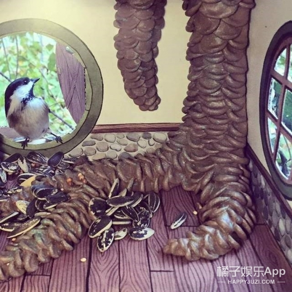 鸟奴插画师为了接近小鸟,给它们盖了栋别墅