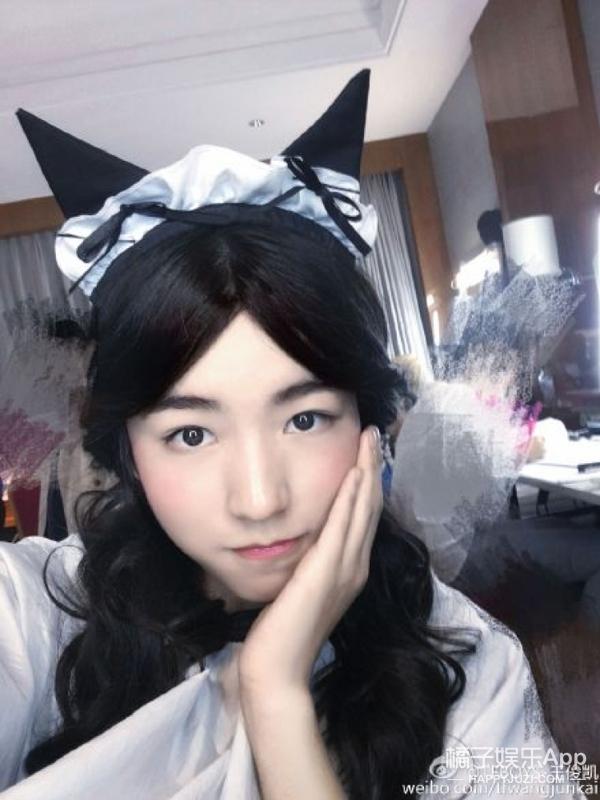 【娱乐早报】王俊凯扮女装变身TFGirls  霍建华上节目为萌娃梳头