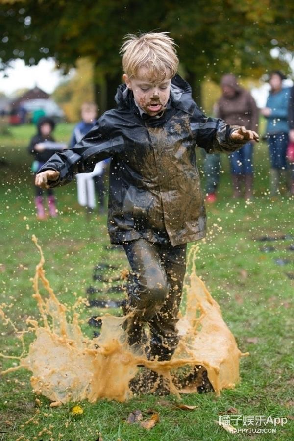 英国举办儿童跳水坑大赛,根据泥水花评冠军