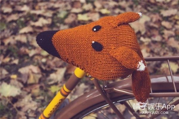 天冷了,这群歪果仁给自行车坐垫穿了件小毛衣