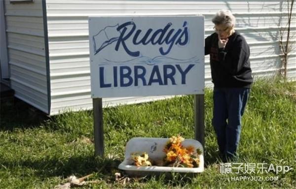 美国小镇只住了一个人,她却开了酒馆图书馆不愿离开