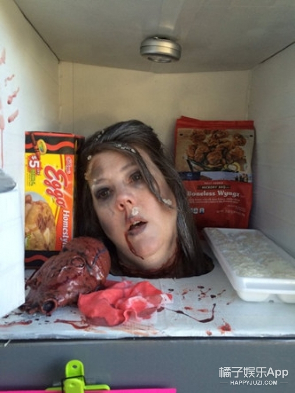 万圣女王妈妈扮成冰箱里的冷冻死人头