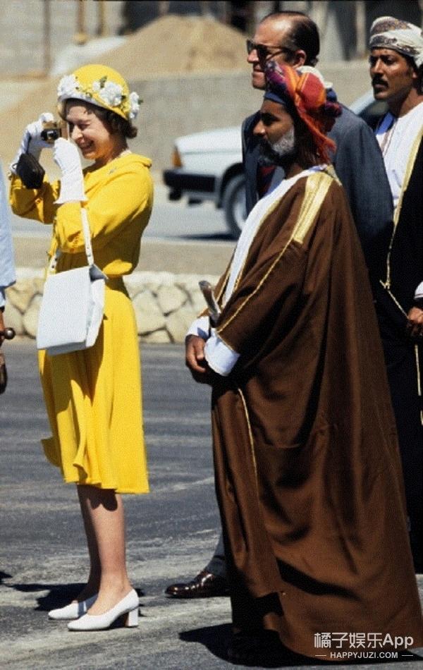 英国女王不离手的包包装满了一个女人的王国