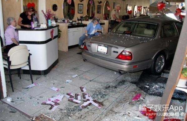 因为发型师不懂稍微修一下,男子开车撞进了理发店