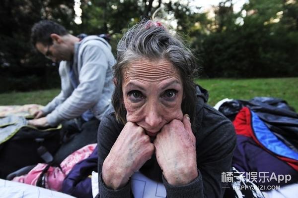 她曾是富豪家的贵小姐,如今却沦落街头做乞丐