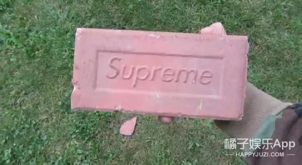 潮牌Supreme出了个30美金的板儿砖,有人把它扔下楼试了试质量