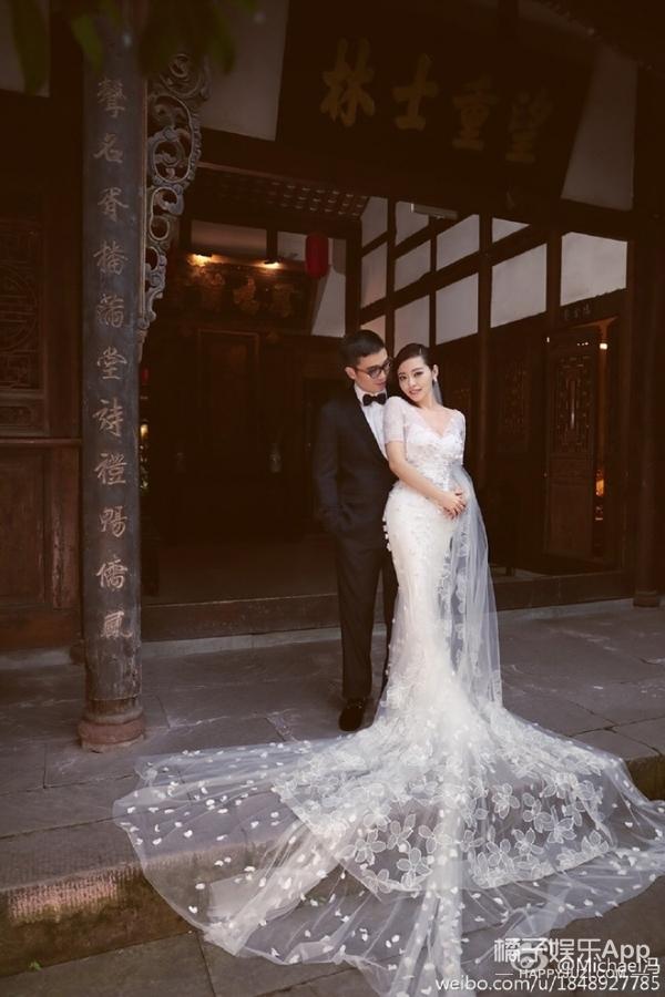 冯柯张靓颖晒婚纱照,这画风绝对是一股清流!