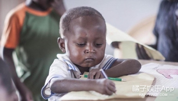 还记得去年,因认真写功课爆红的4岁小男孩吗?