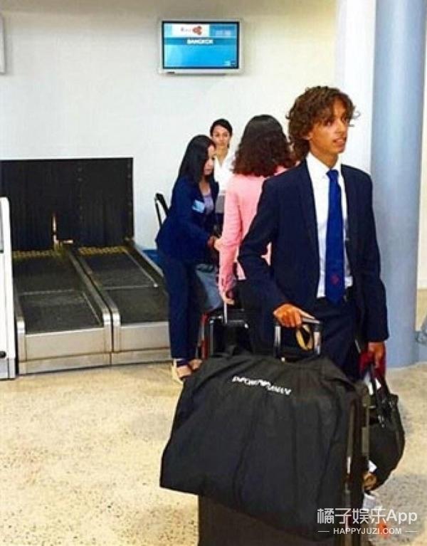这个19岁小哥的工作就是每天坐头等舱环游世界