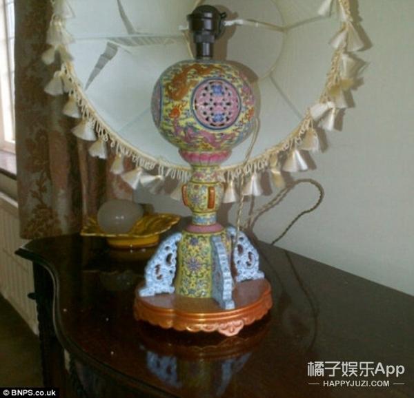 外国夫妇用了50年的普通台灯,竟是价值500万的中国古董