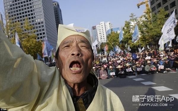 为了让韩国女总统下台,他们搬来了棺材、请来了道士