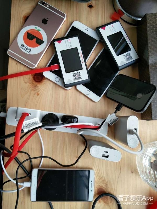 借助神力,我们竟然把手机立起来了哇咔咔咔!