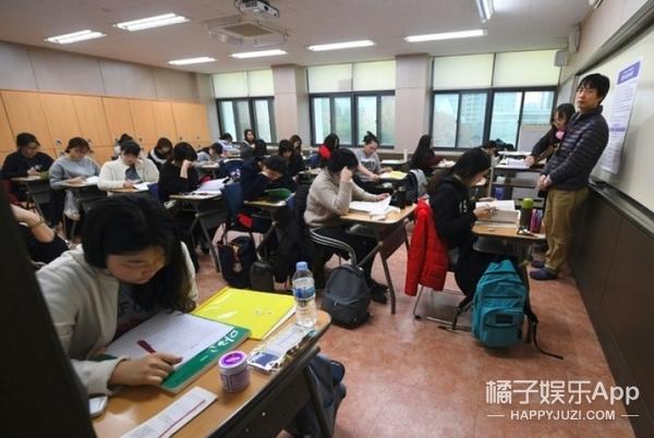 韩国高考日学弟学妹下跪加油,网友:别人家的