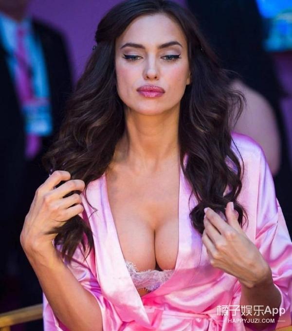 维密又迎来了一位怀着孕还走秀的妈妈,来自俄罗斯的性感超模Irina Shayk