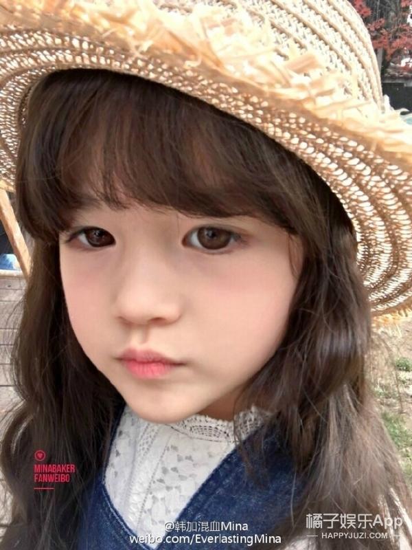 就像咱们国家会专门培养阿拉蕾这样的小童星一样,韩国也有不少从小就出道的萌娃,橘子君今天想给大家介绍的是下面这位,据说她现在是韩国最火的小模特:  她叫李恩採,2011年出生,今年6岁,她早在去年就开始接拍广告了,只不过当时还没什么人知道  小姑娘人长得很秀气,而且什么风格都能hold住: 可爱萝莉  甜美公主  森系女孩  气质女王  hip-pop cool girl  甚至跟她年龄不太匹配的成熟慵懒风都模仿得有模有样  韩服什么的就更不在话下了:  随着片子越拍越多,恩採的人气也越来越高,这是她15年