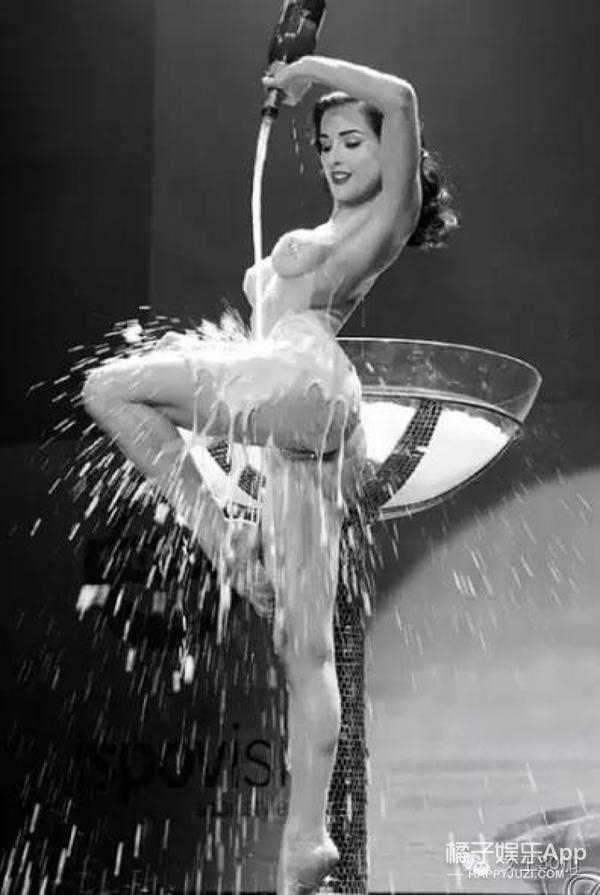 明星大玩香槟浴,令人艳羡的好酒好身材!