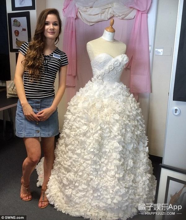 16岁中学生用19卷卫生纸创作出一件精美婚纱