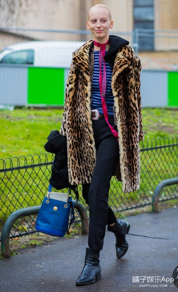 条纹才是穿不厌的单品,看看这个冬季它简直就是黑色look的救星!