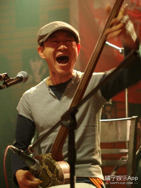 《长城》里为邵殿帅唱悼歌的老汉,竟是中国摇滚乐无可替代的鼓王!