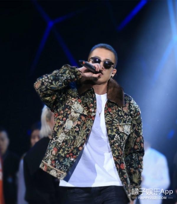 欧豪穿着印花夹克彩排跨年演唱会,好一个雅痞帅BOY!