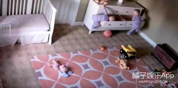 弟弟被衣柜压倒,2岁双胞胎哥哥秒变大力水手救援