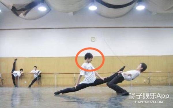 杨洋早年练舞照曝光,劈叉抬腿都不在话下!