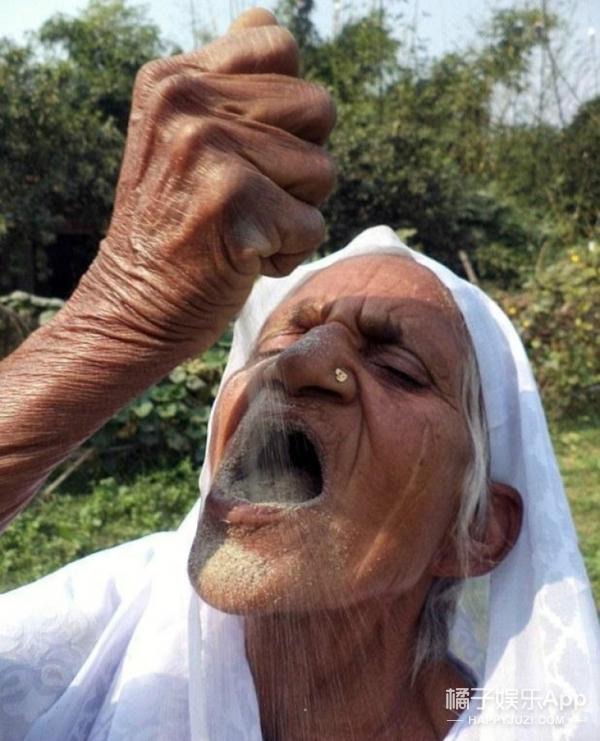 【Holy Shit】吃沙成瘾!78岁老太15岁开始吃沙子,一吃就是63年!