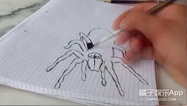 作死老爸画了只3D蜘蛛吓唬家里的傻孩子,结果自己…