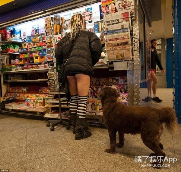歪果仁太会玩,不穿裤子搭地铁,好想买张机票去看大白腿呀!