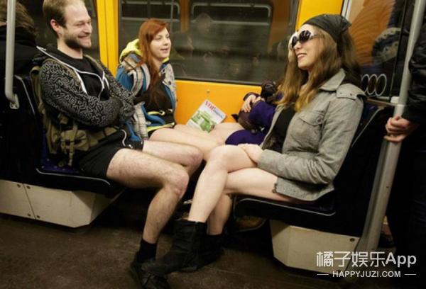 惊!地铁上10个男生当众脱裤子!!弄啥咧?