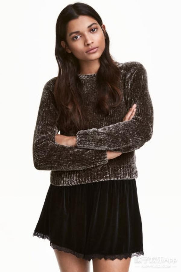 赌王千金何超莲见周杰伦秒变迷妹,这件200块的毛衣穿得也是低调有诚意!